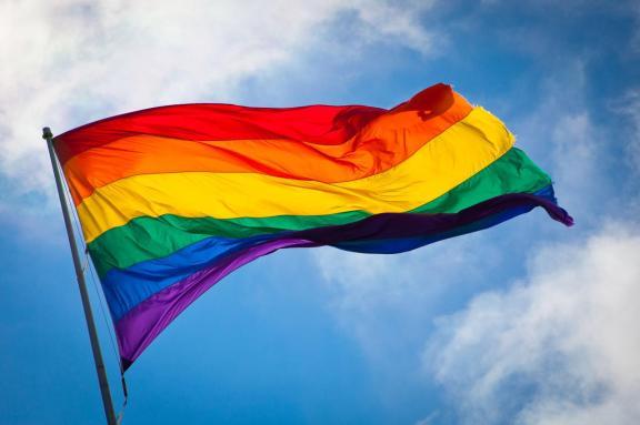 drapeau-gay-au-vent.jpg
