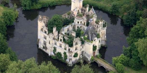 le-chateau-de-la-mothe-chandeniers-envahi-par-la-vegetation.jpg